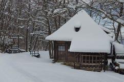 Vinterlandskap med stugan Royaltyfria Foton