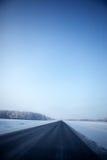 Vinterlandskap med vägen Royaltyfria Bilder