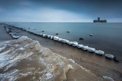 Vinterlandskap på havet i Polen royaltyfria bilder