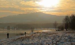 Vinterlandskap på solnedgången Arkivfoton