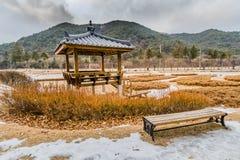Vinterlandskapet av den orientaliska gazeboen parkerar offentligt Arkivbilder