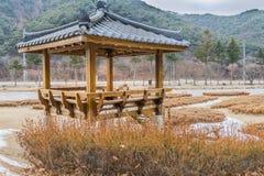 Vinterlandskapet av den orientaliska gazeboen parkerar offentligt Royaltyfri Foto