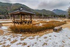 Vinterlandskapet av den orientaliska gazeboen parkerar offentligt Arkivfoto