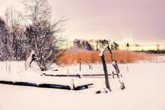 Vinterlandskapet, snö, pir på sjön Arkivbild
