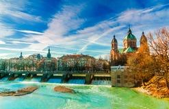 Vinterlandskapet vid turkos Isar och St Anna kyrktar i Munich Arkivfoto