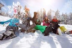 Vinterlycka som tycker om i snö arkivfoton