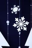 Vintermörker - blå bakgrund med dekorativa snöflingor Fotografering för Bildbyråer