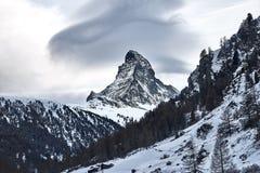 VinterMatterhorn sikt från den schweiziska byn Zermatt arkivbilder