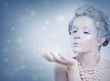 Vintermodell Snow Queen slående snowkvinna Royaltyfri Bild