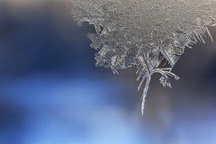 Vintermodeller av is på fönsterexponeringsglaset - makro Arkivbilder