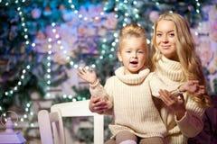 Vintermoder och dotter Le kvinnan och barnet Gullig flicka w Arkivfoto