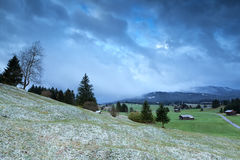 Vintermorgon i alpin bygd Arkivfoto