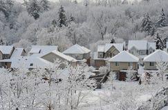 Vintermorgon i lilla staden Arkivfoton