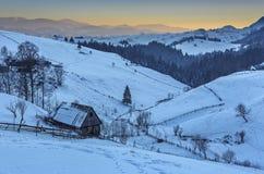 Vintermorgon i Transylvania, Rumänien fotografering för bildbyråer