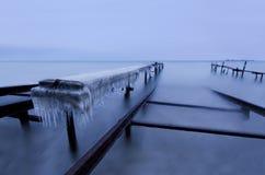 Vintermorgon på fiskeläget Arkivbild
