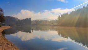 Vintermorgon på sjön Eging Arkivfoton