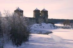 Vintermorgonen i lilor tonar nära fästningen av Olavinlinna forntida solnedgång för savonlinna för finland fästningolavinlinna Arkivfoton