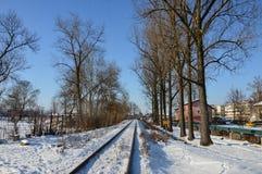 Vintern ankom med den insnöade staden Lukavac Royaltyfri Fotografi