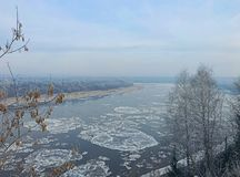 Vintern börjar, och floden täckas med is arkivfoto