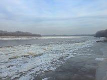 Vintern börjar, och floden täckas med is arkivbilder