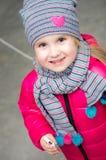 Vintern beklär liten flickaståenden Arkivbild