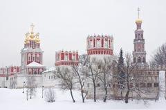 Ryska ortodoxa kyrkor i den Novodevichy kloster Fotografering för Bildbyråer