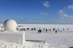 Vintern går bredvid det djupfrysta havet Fotografering för Bildbyråer