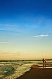 Vintern går vid det baltiska havet, modern och dottern Arkivfoto