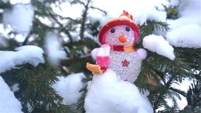 Vintern jul, gran förgrena sig under snön, jul formar på filialerna av granen HD stock video