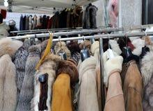 Vintern klår upp att hänga för pälslag och begagnad kläder för sal royaltyfria bilder