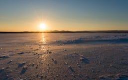 Vintern kom den djupfrysta sjön Arkivfoto