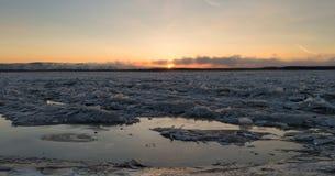 Vintern kom den djupfrysta sjön Royaltyfria Bilder
