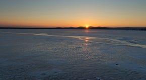 Vintern kom den djupfrysta sjön Royaltyfri Bild