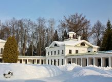 Vintern landskap i det gammala tidgodset Royaltyfri Bild