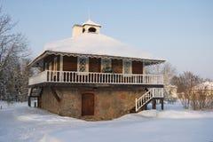 Vintern landskap med ett härligt gammalt hus Arkivfoton