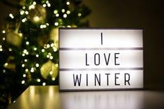 Vintern och julbegreppet - lihtbox med text älskar jag vinter I Arkivfoton