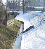 Vintern parkerar strömmer i snow Arkivbilder