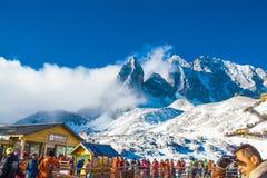 Vintern skidar chalet och kabinen i snöberg Arkivbild