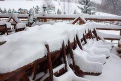 Vintern skidar chalet och kabinen i snöberg Arkivbilder