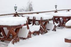 Vintern skidar chalet och kabinen i snöberg Fotografering för Bildbyråer