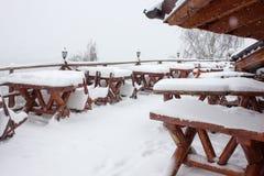 Vintern skidar chalet och kabinen i snöberg Royaltyfria Foton