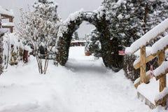 Vintern skidar chalet och kabinen i snöberg Royaltyfri Fotografi