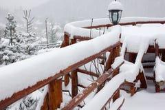 Vintern skidar chalet och kabinen i snöberg Arkivfoton