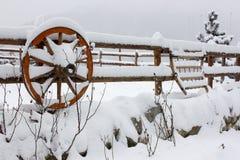 Vintern skidar chalet och kabinen i snöberg Royaltyfria Bilder