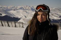 Vintern skidar - kvinnan som tycker om vinter skidar på, semestern Royaltyfri Fotografi