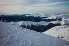 Vintern Ukraina, berget, solnedgången som är carpathian, bergskedja, landskap, turism, snöresa, utomhus, fördunklar himmel, dimma royaltyfria foton