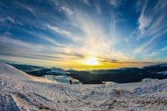 Vintern Ukraina, berget, solnedgången som är carpathian, bergskedja, landskap, turism, snöresa, utomhus, fördunklar himmel, dimma Royaltyfri Bild