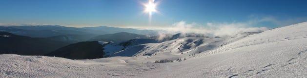 Vintern Ukraina, berget, solnedgången som är carpathian, bergskedja, landskap, turism, snöresa, utomhus, fördunklar himmel, dimma Arkivbild
