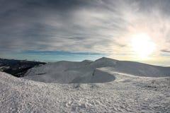Vintern Ukraina, berget, solnedgången som är carpathian, bergskedja, landskap, turism, snöresa, utomhus, fördunklar himmel, dimma Royaltyfria Bilder