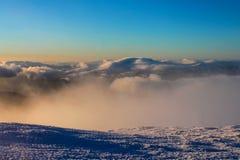Vintern Ukraina, berget, solnedgången som är carpathian, bergskedja, landskap, turism, snöresa, utomhus, fördunklar himmel, dimma Fotografering för Bildbyråer